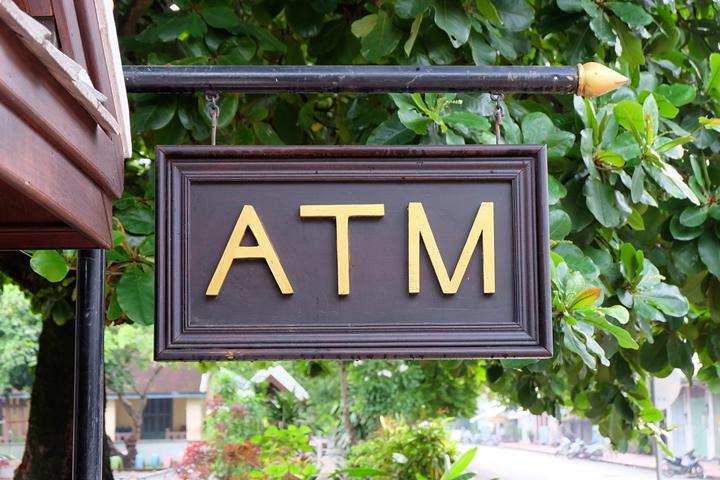 3.海外ATMの利用手数料の安さで選ぶなら?