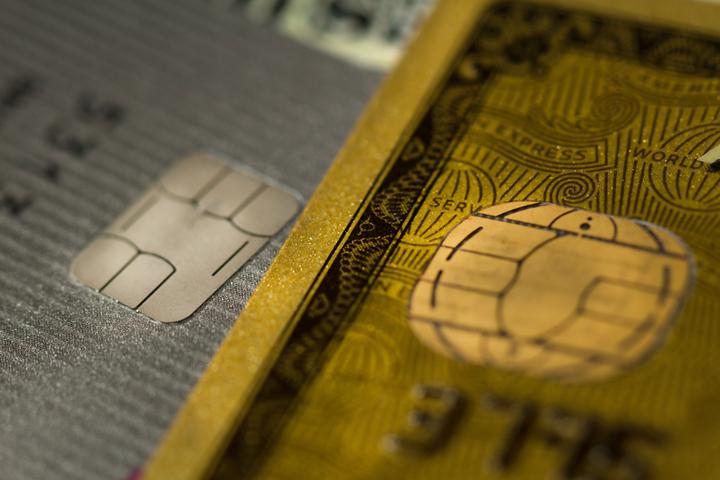2.デビットカードとクレジットカードの審査を比較