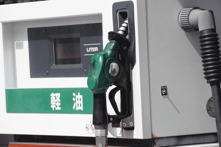 店員が対応するガソリンスタンドでのガソリンカードの使い方
